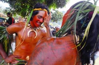 Preparatifs de maquillage. Le Festival des Arts Marquisiens a eu lieu a Nuku Hiva du 15 au 19 decembre 2011. Plus de 3000 personnes etaient presentes sur l'ile pour assister a des demonstrations de danse, de chant et d'artisanat. Le Festival a lieu tous les quatre ans et reunit toutes les populations du pacifique. The Marquiseans Arts Festival occured on Nuku Hiva from december 15th to 19th 2011. More than 3000 people were there to watch demonstrations of dance, singing and artworks. This Festival happens every 4 years and gathers all the populations from the Pacific area. Taipivai, FRENCH POLYNESIA - 16/12/2011
