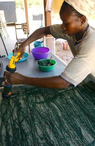 L'algue pressee est ensuite introduite dans des pistolets a mastic afin d'etre etalee en filaments sur des plaques destinees a secher au soleil. Ouahigouya, BURKINA FASO - 06/12/2005