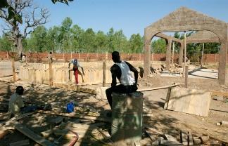 A Koudougou, le gouvernement Burkinabe fait construire une ferme aux dimensions industrielles pouvant repondre aux besoins de la population en spiruline dans le futur. Malheureusement, on ne sait pas encore si la production sera destinee aux habitants ou bien a l'exportation vers les pays riches ou l'algue se revele tres rentable une fois adaptee en complements alimentaires ou coupes faim. Koudougou, BURKINA FASO - 08/12/2005