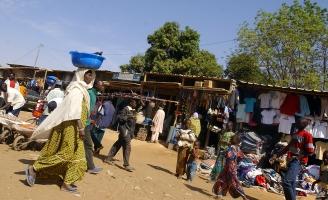 Femme et enfants dans les rues de Niamey. Niamey, NIGER - 10/12/2005