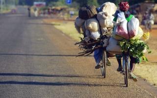 Exemple de femmes au travail qui bien souvent doit rester leur priorite, aux depens de leurs enfants qui en patissent. Ouagadougou, BURKINA FASO - 07/12/2005